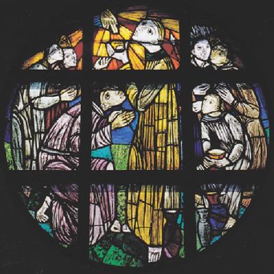 祭壇左側の円形ステンドグラス「アブラハムのメルキゼデクの祝福(創世記)」