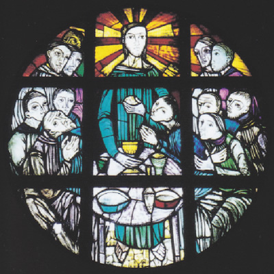 祭壇右側の円形ステンドグラス「最後の晩餐」