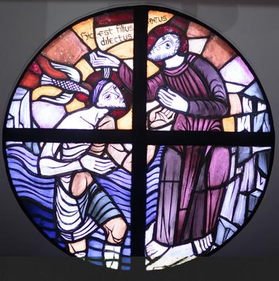 洗礼盤奥の小円形ステンドグラス